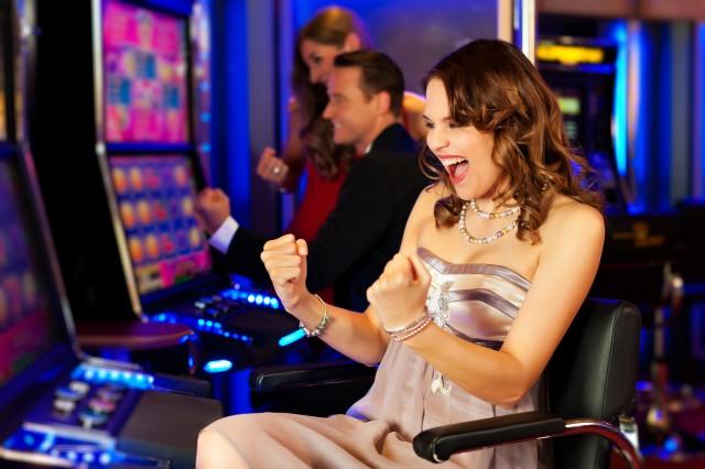 Woman-Enjoys-Playing-Slots-640x426 Женщины и азартные игры
