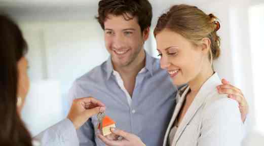 Couple-Keys-to-House Ипотека через агентство недвижимости – какие могут быть риски?